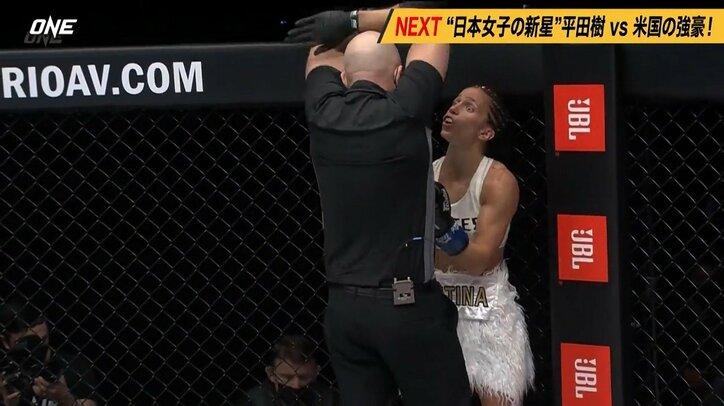 女子軽量級で衝撃KO→レフェリーストップに敗者「NO!」 声を荒げるもファンは裁定を支持「ぐにゃぐにゃになった」