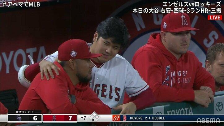 大谷翔平が打てばベンチもみんな幸せ チームメイトとニコニコトークにファンも「トラ谷尊い」「めっちゃ仲良さそう」