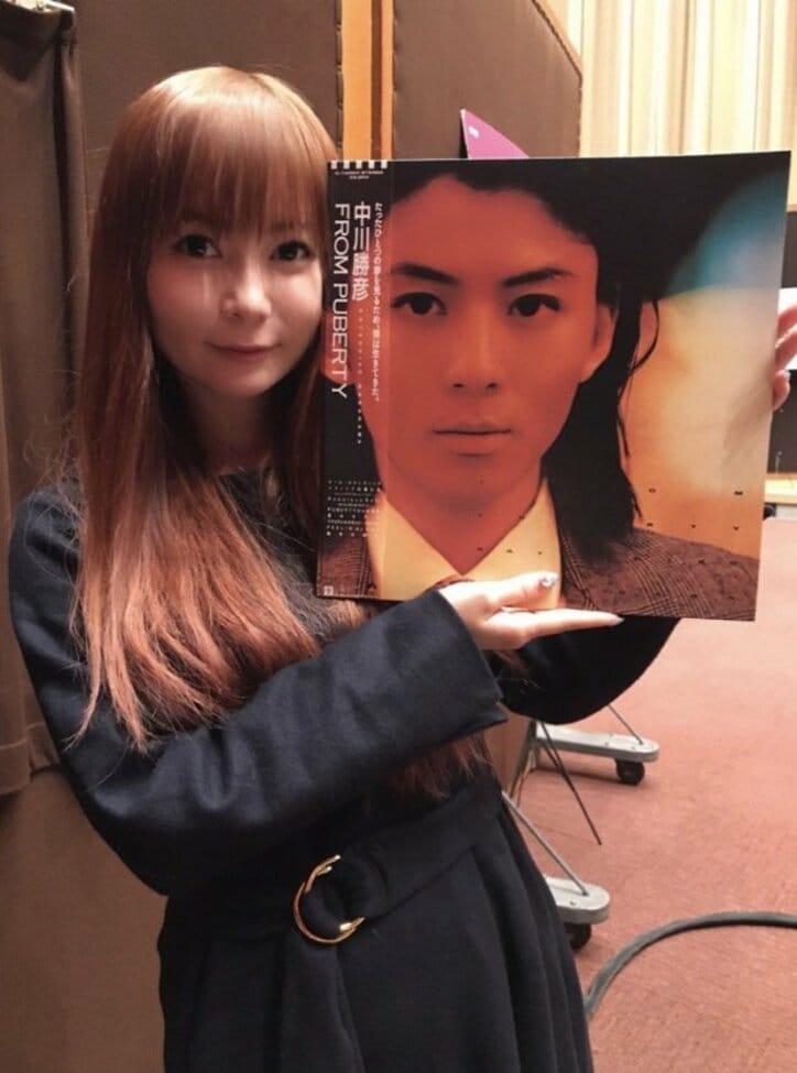 """中川翔子、父・中川勝彦さんのLP盤と""""2ショット""""「似てますか?」"""